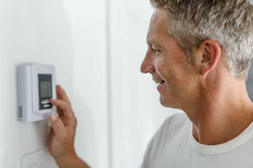 What are the best settings for my programmable thermostat this summer?